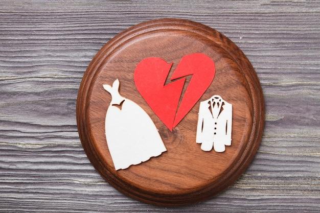 Развод и концепция брачного контракта. звучащий блок с разбитым сердцем.