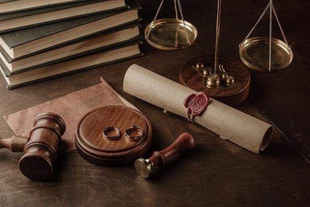 離婚の概念。公証人公務員のガベルと金の指輪裁判官