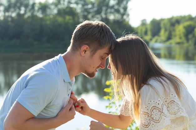 離婚、戦い、人間関係の問題-若いカップルはお互いに怒っています。