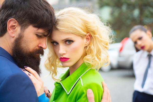 이혼 사유에 사로잡힌 전 여자 친구가 불륜과 질투 개념을 데이트하는 커플을 염탐