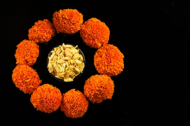 Дивали ранголи или дизайн, сделанный с использованием индийских закусок, лампы и цветов