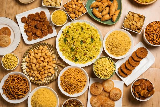 Сладкие и соленые закуски дивали или продукты питания из махараштры, индия