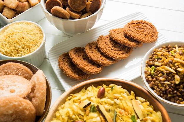 인도 마하라슈트라(maharashtra)의 디왈리 달콤하고 짠 스낵 또는 식품