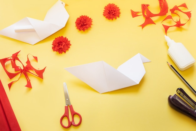 Diyの手順。自宅でカーネーションの花と折り紙の鳩でカードを作る方法。 5月9日の勝利の日のカード。ステップごとの写真の指示。ステップ8.アイテムを曲げる