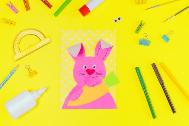 Сделай сам и детское творчество. пошаговая инструкция: создайте пасхальную открытку с кроликом и морковкой. детские пасхальные поделки ручной работы. вид сверху шаг 1