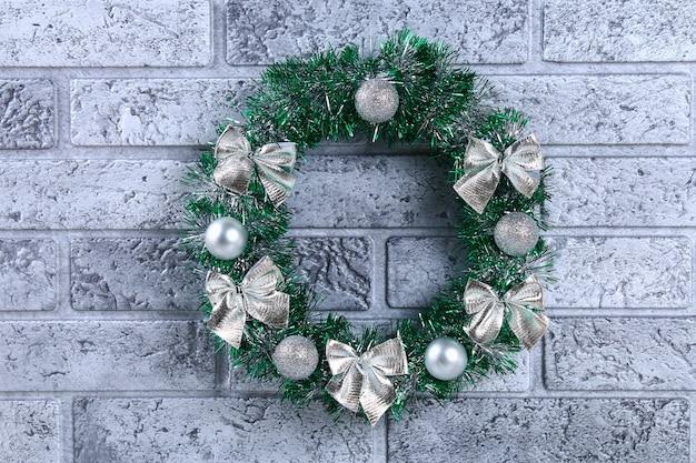 Diyのクリスマスリース。プラスチックプレート、見掛け倒し、ビーズ、弓とbから花輪を作る方法
