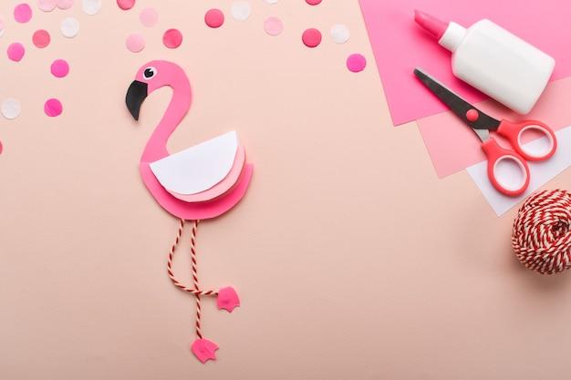Сделай сам. детский розовый фламинго из цветной бумаги. подробная пошаговая инструкция.