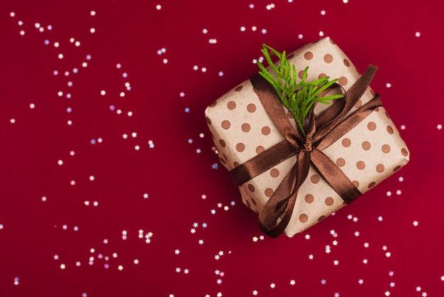 クリスマス用のペーパークラフトとサテンブラウンリボンのdiyギフト