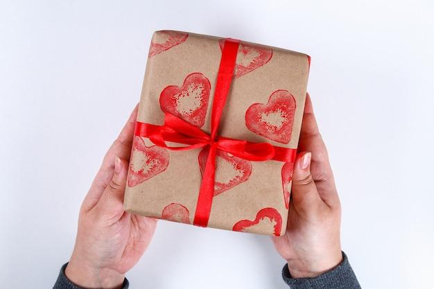Diy. подарочная упаковка на день святого валентина. крафт-бумага подарочная и картофельная марка в форме сердца