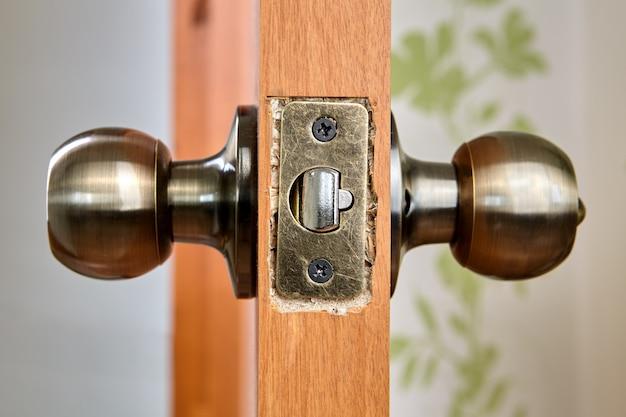 Самостоятельная установка дверной ручки с защелкой и замком в новый лист дсп.