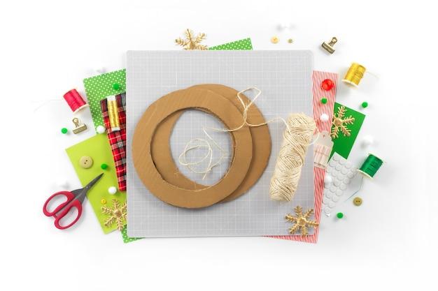 Diy 지시. 펠트로 크리스마스 화환 만들기. 공예 도구 및 용품. 2 단계.