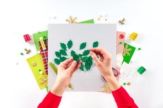 Diy 지시. 펠트로 크리스마스 화환 만들기. 공예 도구 및 용품. 4단계.