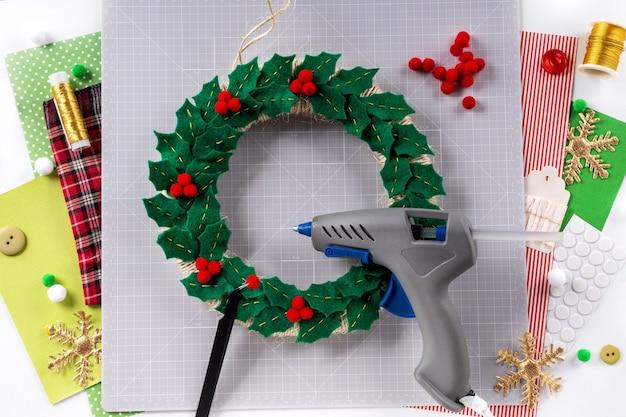 Diy 지시. 펠트로 크리스마스 화환 만들기. 공예 도구 및 용품. 6단계.