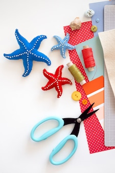 Diy instruction. step by step tutorial. making summer decor - wreath of rope with sea stars made of felt. craft tools and supplies.