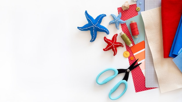 Diy instruction. step by step tutorial. making summer decor - wreath of rope with sea stars made of felt.
