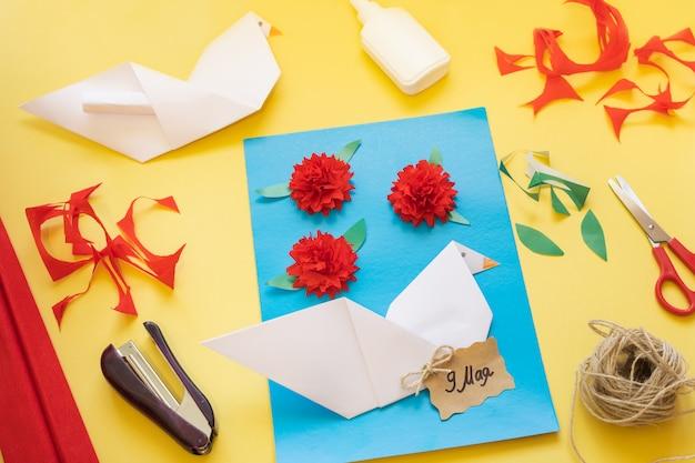Diyの手順。カーネーションの花でカードを作る方法