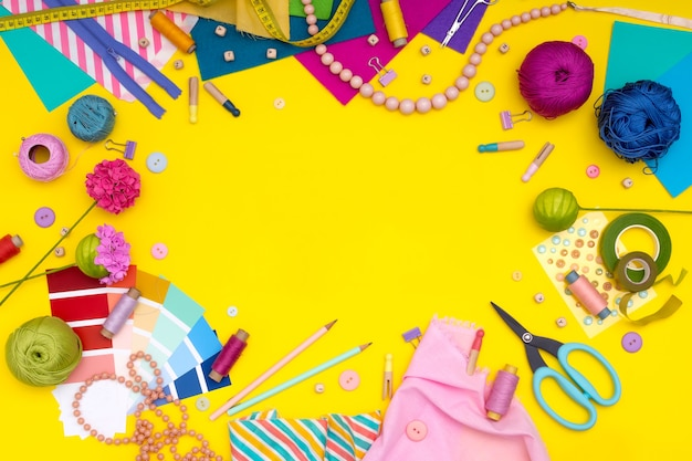 Diy. 노란색 배경에 여러 가지 빛깔의 공예품과 도구. 여자 취미 - 바느질, 자수, 펠트 공예, 스크랩북. 공간을 복사합니다.