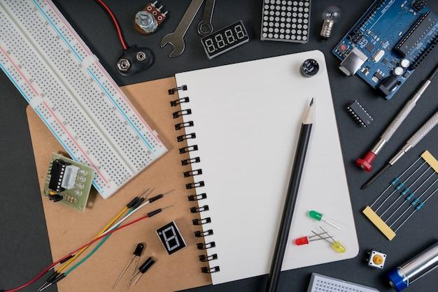 Diyロボットエンジニアは、さまざまなセンサとツールを備えたマイクロコントローラの基盤上に作られました。