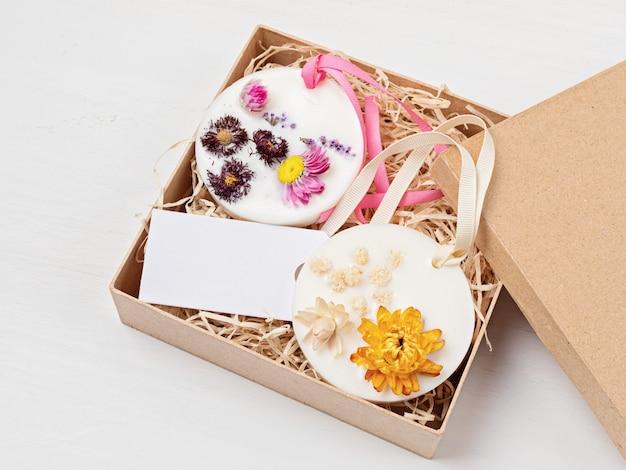 소이 또는 밀랍, 식물 및 에센셜 오일로 만든 diy 향 주머니. 옷장, 서랍을 위한 천연 수제 방향제. 결혼 호의, 감사 선물, 향 왁스 정제