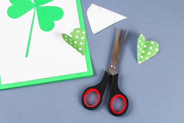 Diy st patricks day открытка из картона и бумажных клеверов серого фона