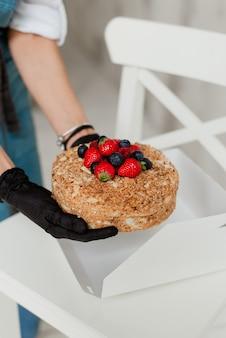 新鮮なベリーの甘い食べ物とdiyの甘い蜂蜜ケーキ