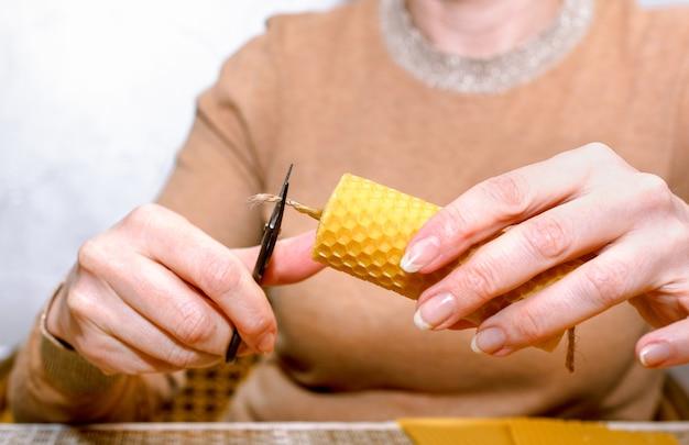 Процесс изготовления восковых свечей своими руками. женщина делает декоративную восковую свечу