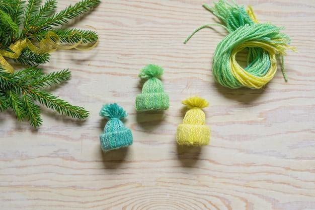 Diyの冬の工芸品、小さなビーニー。完成した帽子のデモ。