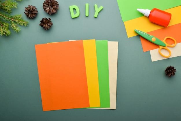 Сделай сам с детьми ёжик с тыквой. открытка на хэллоуин. подробная пошаговая инструкция. шаг 1. подготовьте цветную бумагу.