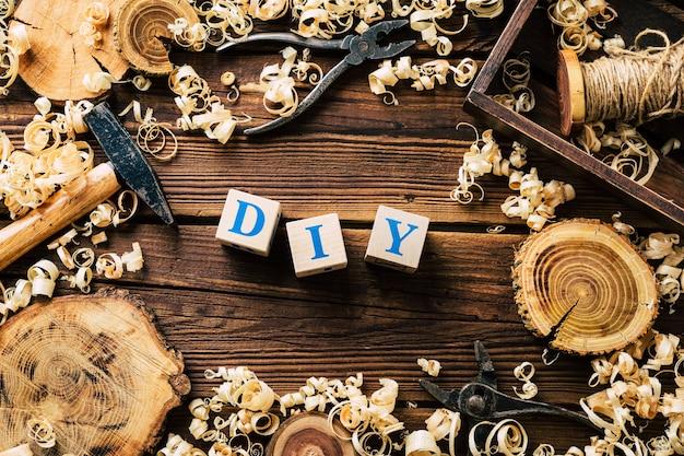 Diyウッド。木工ワークショップ。木の削りくずと大工道具。バックグラウンド。