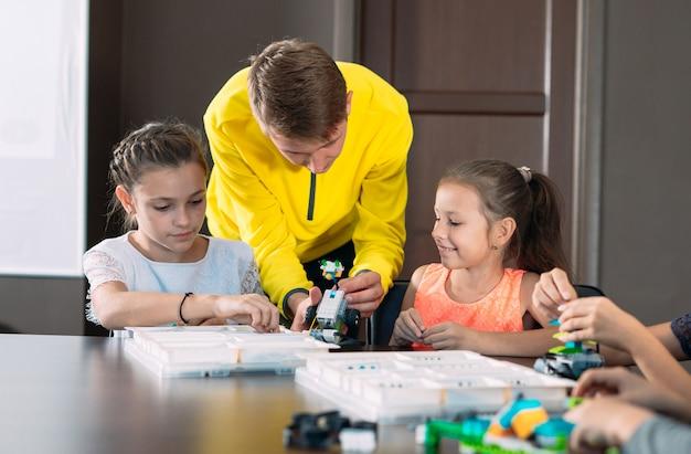子供たちは先生とロボットを作成します。初期の開発、diy、革新、現代のテクノロジー。