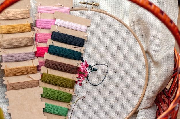 クロスステッチ刺繍プロセス。針刺繍フレームの糸。趣味のdiyライフスタイル。