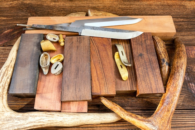 手作りのdiyナイフハンドル用の貴重なエキゾチックな木の木材のヘラジカ、ヘラジカ、鹿の角のピースのバーブロック付きナイフブレード