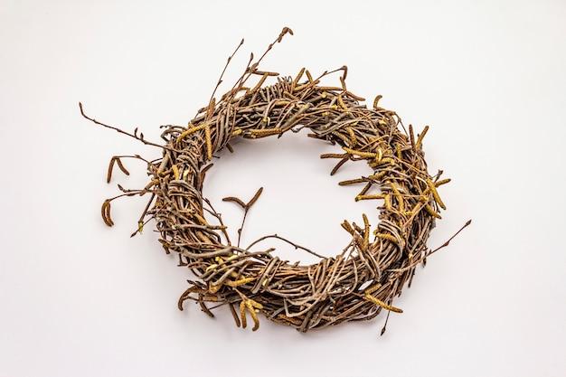 Плетеный венок ветвей березы изолированных на белой предпосылке. пасха ноль отходов, diy концепции. элемент дизайна и декора