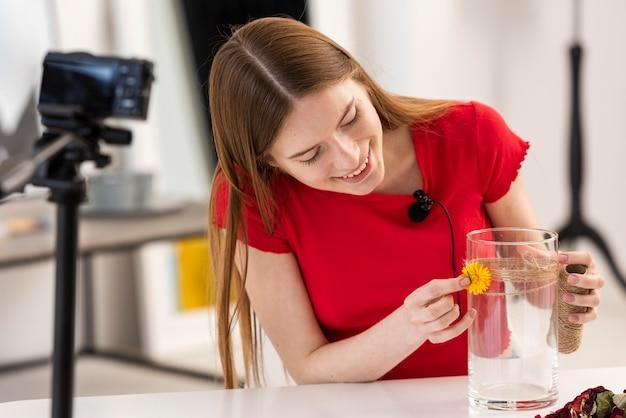 Молодой блоггер показывает декорацию diy учебник на камеру