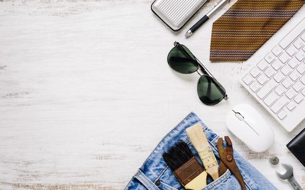 フラットレイアウトアクセサリーツールとコピースペースを持つ錆びた白い木の労働者のための服。労働または労働日、労働者の日、父の日および家のdiy修理の概念のための空白スペース平面図。