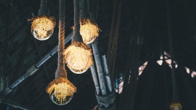 掛かるロープランプの家のdiyの安い素朴なランプ、木製のランプ、素朴な照明。暗闇の中での希望のためのアイデアアイデア