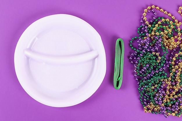 Diyのリースマルディグラ、脂肪質の火曜日の紫色の背景。