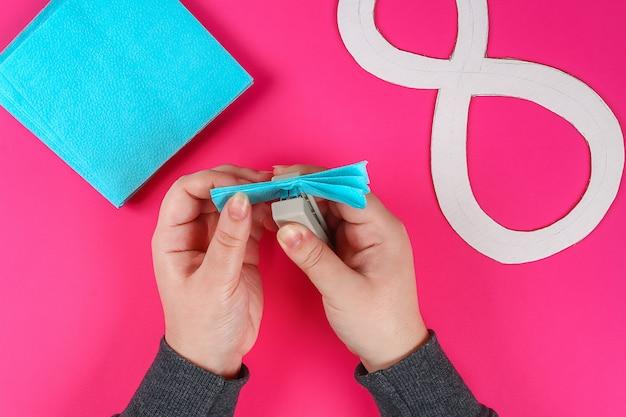 Diy восемь сделал картон украшен искусственный цветок сделал синий салфетку розовый фон.