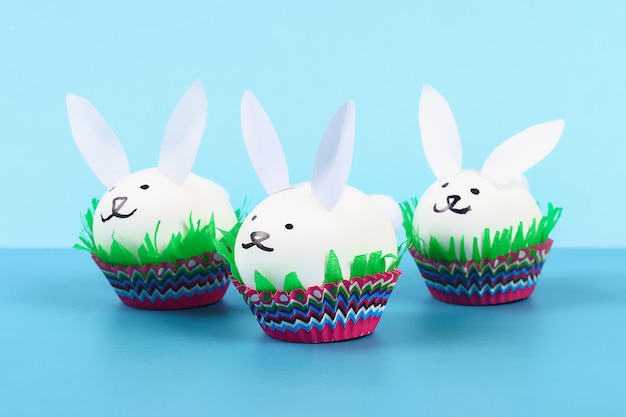 青色の背景にイースターエッグからのdiyウサギ。ギフトの考え、装飾イースター、春。手作り。