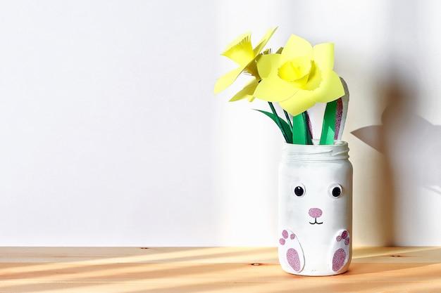 水仙、水仙とdiyのイースター花瓶バニー