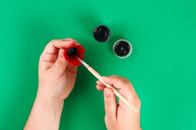 Diyの花輪の赤いケシのアンザックの日、記念、覚えて、ボール紙の卵のトレイで作られた記念日。