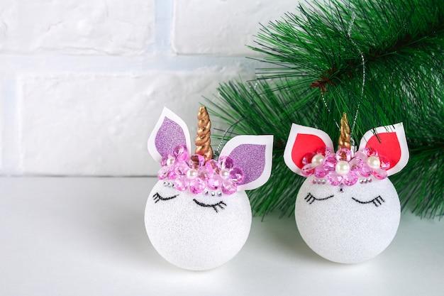 ユニコーン、diy。クリスマスボールのおもちゃからユニコーンを作る方法。ステップバイステップガイドの写真。