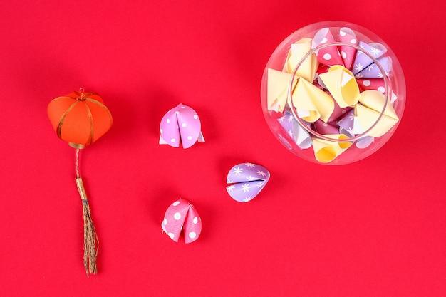 赤い背景の予測とdiyのクッキー。ギフトのアイデア、中国の旧正月のための装飾。