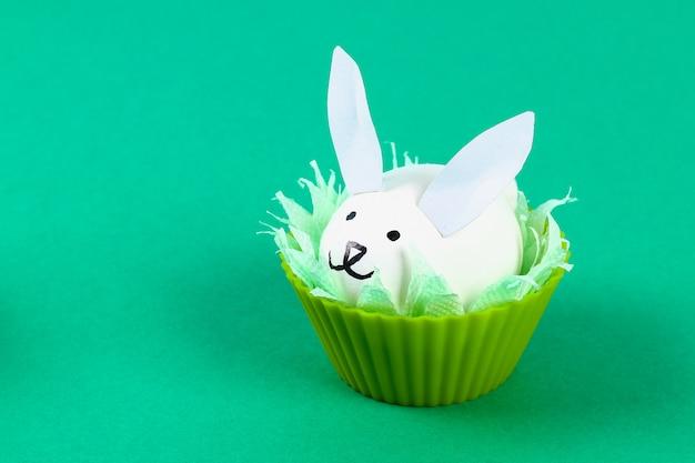 イースターのための卵からdiyウサギ。