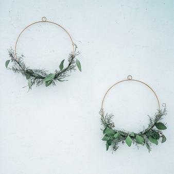 壁に春や夏の装飾、緑の枝のdiyの花輪