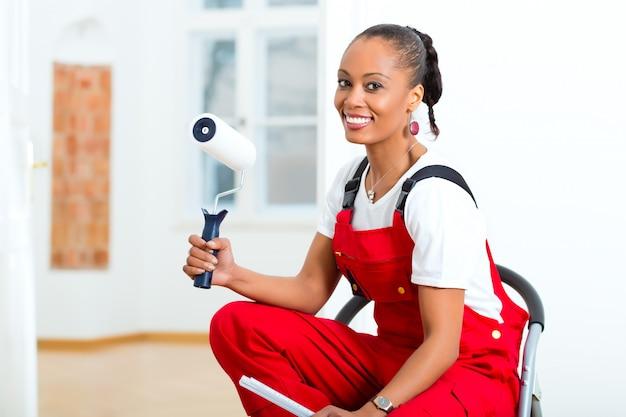 Diyを改装する彼女の家の女性