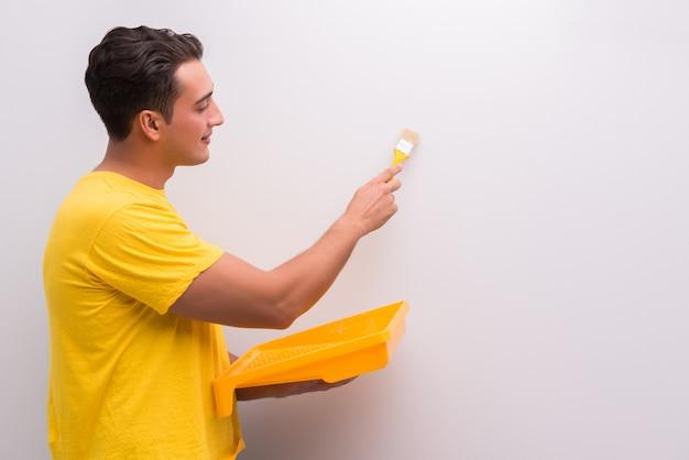 Человек, рисующий дом в концепции diy