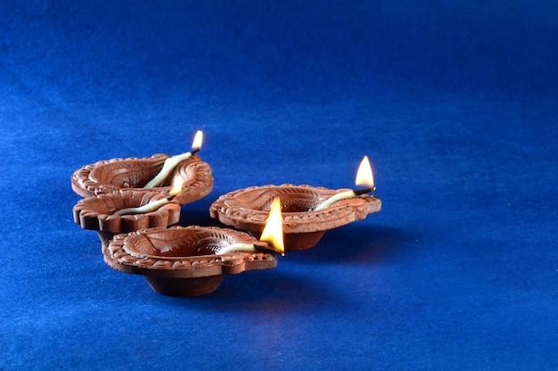 ディワリ祭のお祝い中に粘土diyaランプが点灯します。グリーティングカードデザインディワリと呼ばれるインドのヒンズー教の光祭り