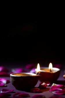 ディワリ祭のお祝いの間に照らされた伝統的な粘土diyaランプ