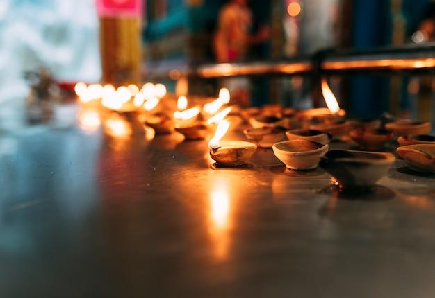 Diyaまたはオイルランプは炎で燃えます。ヒンズー教の宗教にとって重要です。